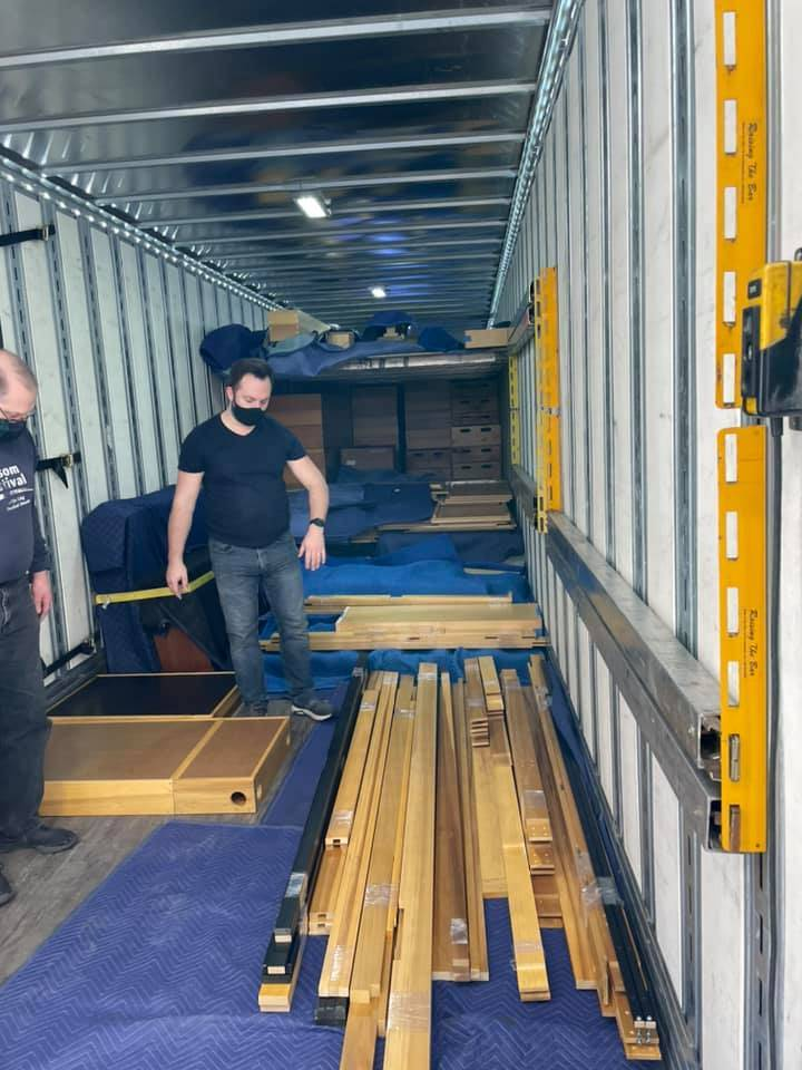 Loading the organ on the truck from the shop 1